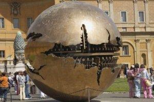 7738248-rome-italie--le-31-mars-musee-de-la-cour-interieure-du-vatican-avec-boule-de-arnaldo-pomodoro-la-scu